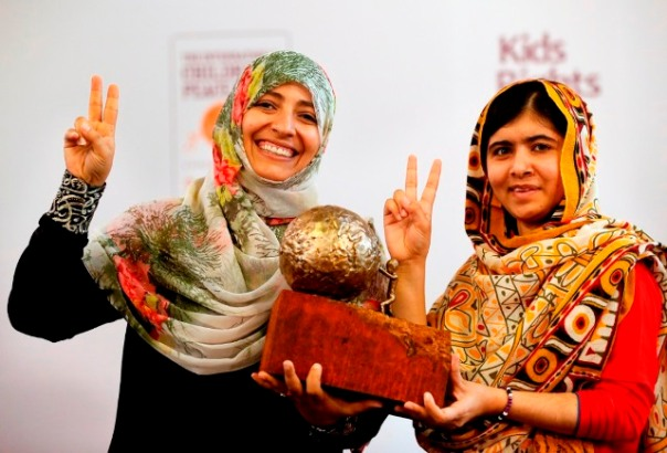 NED Malala Yousafzai ontvangt de Internationale Kindervredesprijs uit handen van Nobel vredesprijswinnaar Tawakkol Karman in Den Haag. ENG; Nobel Peace Prize winner Tawakkol Karman presents the International Children's Peace Prize to Malala Yousafzai in The Hague.